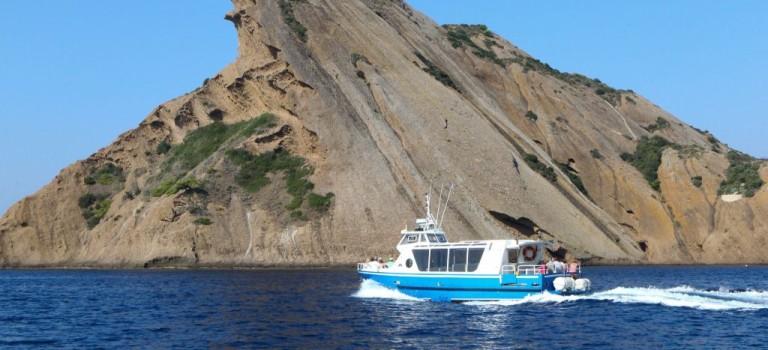 Visiter les calanques à pied ou en bateau?